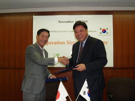 ↑ 왼쪽부터 아키라 만다이 닛폰카야쿠 대표이사와 서정진 셀트리온 대표이사.<br />