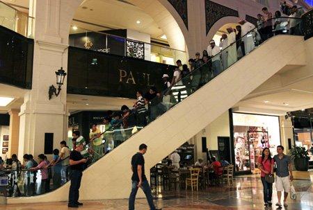↑ 두바이의 최대 쇼핑몰 중 하나인 '몰오브에미레이트' 에스컬레이터에 사람들이 줄지어 늘어서 있다