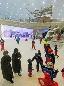 ↑ 쇼핑몰에 대형 스키 슬로프가 설치된 '몰 오브 에미레이트'. 두바이에서 눈을 경험하지 못한 현지 거주자들이 아이들과 스키와 눈썰매를 즐기고 있다.