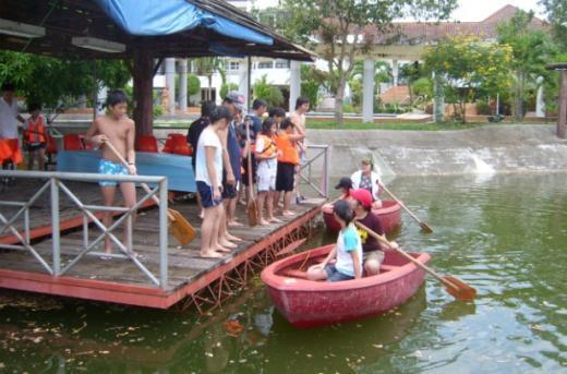 ↑필리핀 영어캠프에서는 일요일마다 유명 관광지를 들러 문화탐방 학습을 실시하고 있다. 학생들이 보트를 타며 레저활동을 즐기는 모습.