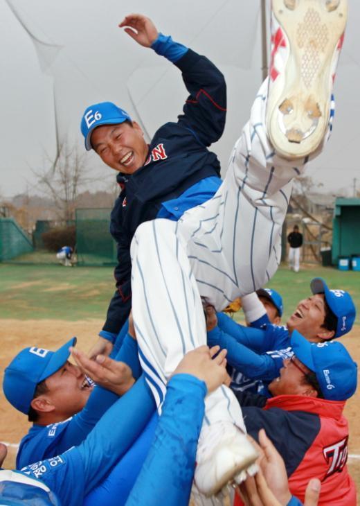 ↑'제2회 머니투데이 전국 사회인 야구대회'에서 우승한 엔터식스 선수들이 지화동 감독을 헹가레하고 있다. ⓒ이명근 기자