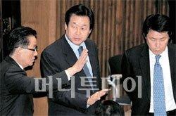 10일 국회 본회의장에서 한나라당 김무성 원내대표(가운데)와 민주당 박지원 원내대표가 이야기를 나누고 있다. 오른쪽은 한나라당 이군현 원내수석부대표. [뉴시스