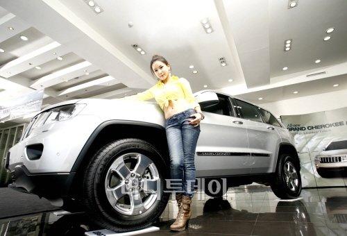 ↑금호타이어가 장착된 2011년형 올 뉴 그랜드 체로키(All new grand Cherokee)와 함께 모델이 포즈를 취하고 있다.