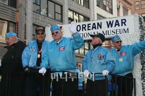 ↑ 미 재향군인의 날인 11일(현지시간),  기념식을 마치고 맨해튼 5번 애비뉴를 행진하는 한국전 참전용사들.