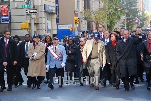 ↑ 한국전 60주년 기념식을 마치고 맨해튼 5번 애비뉴를 행진하는 내외빈. 파란색 복장은 뉴욕 한국전베테랑협회장 살바토레 스칼라토, 그 왼쪽은 김영목 주뉴욕총영사