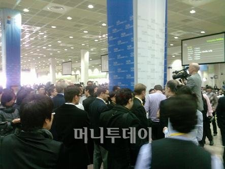 ↑ '서울 선언문' 자료 기다리는 내·외신 기자.ⓒ정진우 기자