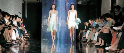 올해 초 서울 소공동 롯데백화점 에비뉴엘관에서 열린 VVIP 대상 패션쇼에 참석한 고객들이 모델들을 지켜보고 있다. 백화점들은 VVIP를 잡기 위해 차별화된 행사를 연다. [롯데백화점 제공]