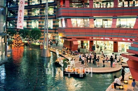 ↑쿠슈는 온천마을 뿐만아니라 아기자기한 쇼핑몰이 많아 일본 여성들에게 가장 인기가 많은 지역이다.