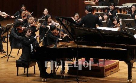 ↑ 러시아 연주자 특유의 기술적 완성도와 겨울적 감수성을 동시에 갖췄다는 평가를 받는 미로슬라브 �L티쉐프의 내한 연주회가 28일 예술의 전당에서 열렸다. 꿀티쉐프는 이날  밀레니엄 심포니 오케스트라와 쇼팽의 피아노협주곡을 협연하며 뛰어난 기교를 선보였다. ⓒ 유동일 기자