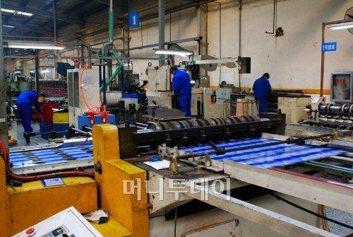 ▲중국식품포장 하북가미 공장의 생산 모습. 대부분의 공정이 기계화돼 있다.