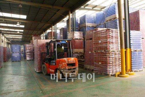 ▲생산된 캔들을 지게차로 옮기는 모습. 캔은 물류비와 수송상의 문제로 인해 음료회사의 인근에서 생산된다.