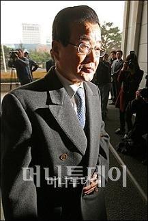 ↑ 라응찬 전 신한지주 회장이 30일 오전 서울중앙지검에 들어서고 있다.ⓒ이동훈 기자
