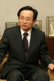 ↑ 김원배 사장은 1974년 동아제약에 연구원으로 발을 들인 이후 CEO자리까지 올랐다.