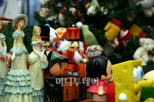 ↑정승원(46·여) 서울가정법원 부장판사의 집무실에는 아이들이 좋아할만한 소품들로 가득 차 있다.