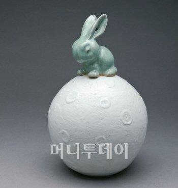 백남준의 달위의 토끼.