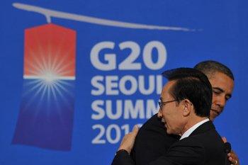 이명박 대통령과 버락 오바마 미국 대통령이 지난 11월11일 서울에서 열린 주요 20개국(G20) 환영만찬에서 인사를 나누고 있다.