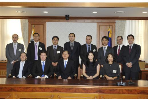 ↑앞줄 왼쪽 두번째부터 조현상 효성 전략본부 전무, 김황식 국무총리, 엘레나 리 CNN 아시아편집장.<br />