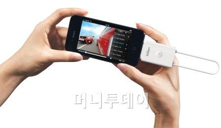 ↑아이큐브의 티비젠DMB를 아이폰에 결합시킨 모습 ⓒ아이큐브