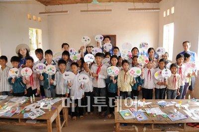 ↑우리금융그룹 '제1기 글로벌 자원봉사단'은 지난 4월 26일부터 5월 1일까지 베트남 하노이시 인근의 빙푹성에서 지역 아동들과 함께 한국 전통부채를 만들며 문화류활동을 실시했다. (사진: 우리금융그룹 제공)