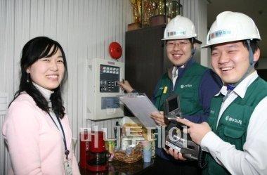 ↑ 화재안전점검 활동을 펼치는 동부화재 직원들