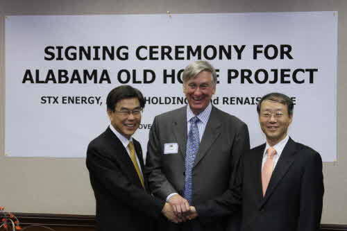 미국 뉴올리언스에서 광구매매계약(PSA)을 체결한 이병호 STX에너지 사장(왼쪽), 존 바세트(John J. Bassett) 르네상스 페트롤리움 사장(가운데), 이명헌 앤커 이엔피 홀딩스 사장이 기념촬영을 하고 있다.