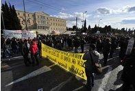 ▲15일(현지시간) 그리스 긴축안에 반대하는 시위대가 아테네 국회의사당 앞을 지나고 있다.