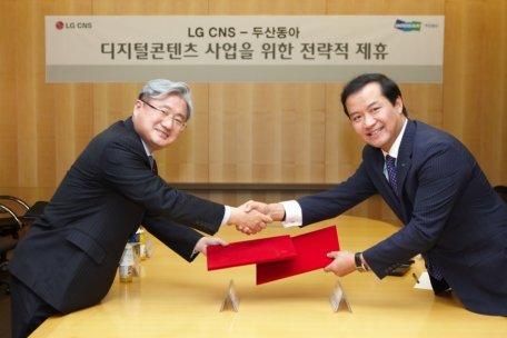 김대훈 LG CNS 대표(왼쪽)와 성낙양 두산동아 대표가 16일 서울 회현동 LG CNS 본사에서 디지털콘텐츠 사업협력을 위한 양해각서를 체결하고, 악수를 나누고 있다.