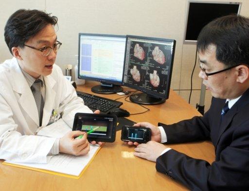 서울대학교병원 강남센터를 방문한 환자가 '내 손안의 건강'앱을 통해 자신의 건강검진 결과를 확인하고 있다.