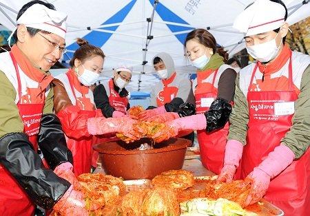 ↑BC카드 '사랑,해 봉사단' 100여명 및 관계자들은 11월 서울 서초구민회관에서 저소득층 가정을 돕기위한 김장 나눔 한마당을 열어 약 2200포기의 김장을 지역 저소득층 650가구에 전달했다.