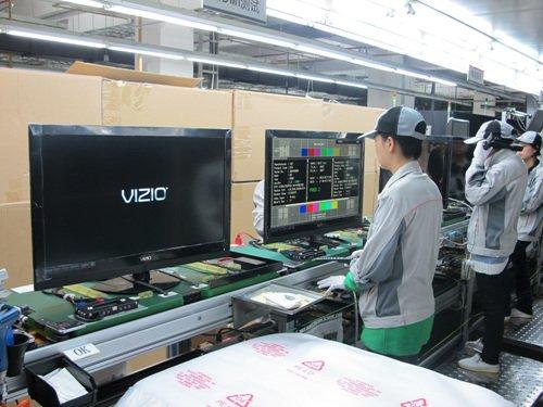 ↑비지오에 납품되는 TV 제조라인에서 검수직원들이 화질 테스트를 진행 중이다.