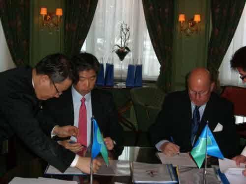 장윤근 대우조선 유럽영업그룹 리더(왼쪽)와 폴 스미스 쉴란트(Pal Smith-Kielland) 사가(Saga)社 회장(오른쪽)이 계약 문서에 서명하고 있다.