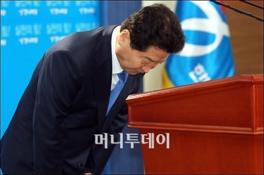 ↑안상수 한나라당 대표가 26일 '자연산' 발언에 대해 대국민 사과를 하고 있다(사진=임성균 기자)