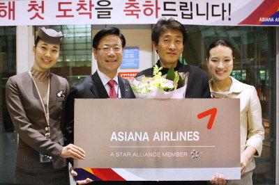 ↑1일 인천국제공항 입국 도착장에서 아시아나항공 박찬만 인천국제공항서비스지점장(왼쪽 2번째)이 신묘년 새해 첫 입국승객인 장현찬씨(왼쪽 3번째) 및 아시아나 직원들과 기념촬영을 하고 있다.