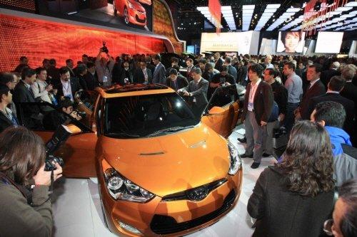↑현대차(회장 정몽구)가 10일(현지시각) 미국 디트로이트 코보 센터(Cobo Conference & Exposition Center)에서 열린 '2011 북미 국제 오토쇼(NAIAS, North American International Auto Show)'에서 세계 최초로 공개한 '벨로스터(Veloster)'에 많은 이들의 관심이 집중됐다. <br />  <br /> <br />