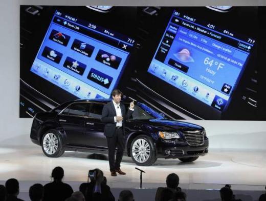 ↑올리비에 프랑수아 크라이슬러 CEO가 10일 (현지시간) 미국 디트로이트 코보센터에서 개막한 '2010 북미국제 오토쇼(디트로이트 모터쇼)'에서 신차 300의 미디어 발표회를 진행하고 있다.