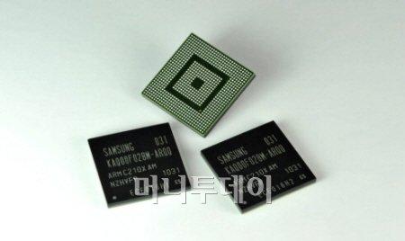 ↑삼성전자가 지난해 9월에 발표한 스마트폰용 프로세서(CPU) 오리온(Orion). 오리온은 1기가헤르쯔(GHz)로 작동하는 코어텍스 'A9' 코어 두 개가 들어간 듀얼코어 제품이다. 이처럼 PC뿐 아니라 스마트폰과 태블릿PC에도 듀얼코어 제품이 점점 보편화되고 있다.<br /> <br />