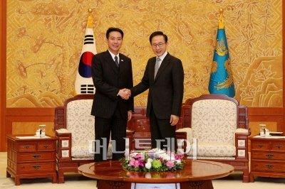 ↑이명박 대통령이 15일 오후 청와대에서 마에하라 세이지(前原 誠司) 일본 외무대신을 접견하고 북한문제, 한일 관계 등에 관해 의견을 교환했다.