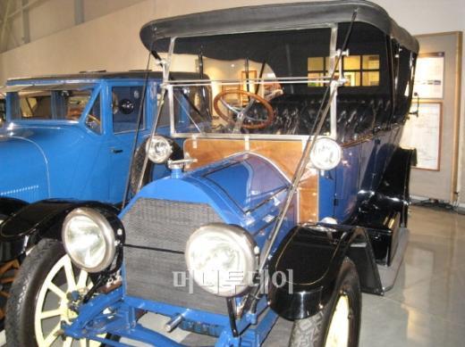 ↑세계 최초로 전기식 시동장치가 탑재된 1912년식 캐딜락 모델 30