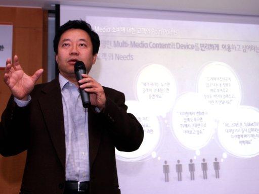 설원희 SK텔레콤 오픈플랫폼 부문장이 24일 서울 을지로 SK텔레콤 본사에서 열린 N스크린 서비스 설명회에서 '호핀' 서비스에 대해 설명하고 있다.