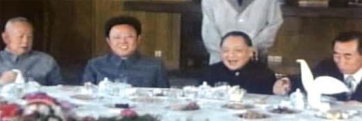 김정일 국방위원장(왼쪽에서 둘째)이 1983년 6월 후계자 신분으로 중국을 단독으로 방문해 중국 최고지도자 덩샤오핑(鄧小平·등소평·왼쪽에서 셋째)과 식사를 하면서 얘기를 나누고 있다. 왼쪽은 리셴녠(李先念·이선념) 중국 국가주석, 오른쪽은 오진우 북한 인민무력부장. [북한 TV 촬영]
