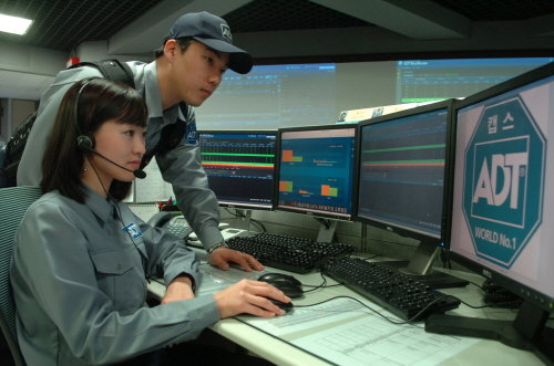 ADT캡스 직원들이 26일 무인 경비 중앙 관제 시스템 'ADT 블루 마스터'를 통해 고객의 안전 상황을 실시간으로 모니터링 하고 있다.