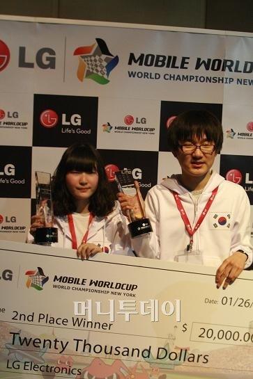 ↑ 울산동중 이의상(14·오른쪽)군과 서울 동부중 김의진(15) 학생이 미국 뉴욕서 열린 'LG모바일 월드컵'에서 한국 대표팀으로 참가해 준우승을 차지했다.