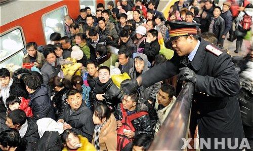 지난 25일 중국 수도 베이징 서부 기차역에서 한 역 직원이 귀성객들에게 질서있는 탑승을 호소하고 있다. 중국에서는 최대 명절인 춘제를 전후한 40일 간의 명절을 맞아 지난 19일부터 귀성 행렬이 시작됐다. 중국 철도당국은 19일부터 26일까지에만 모두 3588만여 명이 열차를 이용했다고 밝혔다.