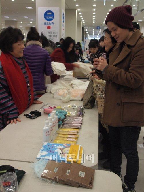 김장훈이 개최한 '미치도록아름다운바자회'에 개인 소장품을 들고 나온 사람들
