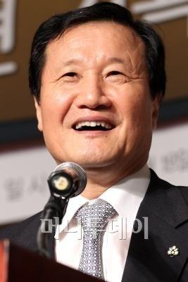 """윤증현장관 """"구제역, 추경 없이 대처 가능"""""""