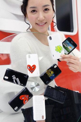 LG전자 모델이 팝아트의 거장 '키스해링'의 디자인을 적용한 LG전자 '옵티머스 블랙'스마트폰을 소개하고 있다. 이 디자인은 14일부터 17일까지 스페인 바르셀로나에서 열리는 '모바일 월드 콩그레스 2011' 전시회를 통해 전시된다. <br />