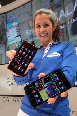 ↑ 삼성전자의 새 스마트폰 '갤럭시S II'