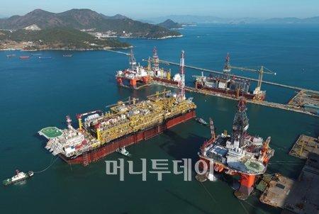 ▲대우조선해양에서 최근 인도한 세계 최대 규모 부유식 원유생산저장하역설비.