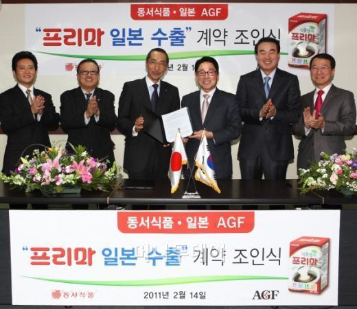 동서식품은 15일 서울 마포 본사에서 이창환 사장(오른쪽 세번째)과 일본 AGF 카타야마 신수케 대표(왼쪽 세번째)가 참석한 가운데 프리마 일본 수출 계약 조인식을 체결했다.
