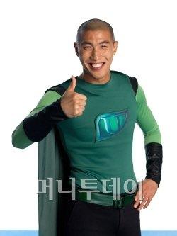 ↑ 대웅제약의 피로관리제 우루사 광고에서 축구선수 차두리는 록커로 변신해 '간 때문이야'를 부르며 우루사맨으로 활약한다.